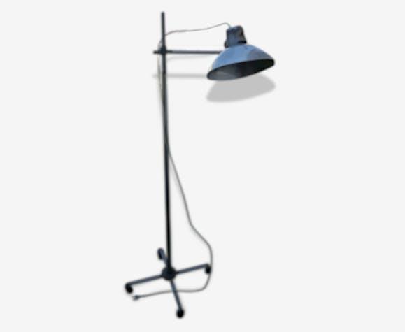 lampe industrielle type lampadaire sur pied roulettes. Black Bedroom Furniture Sets. Home Design Ideas