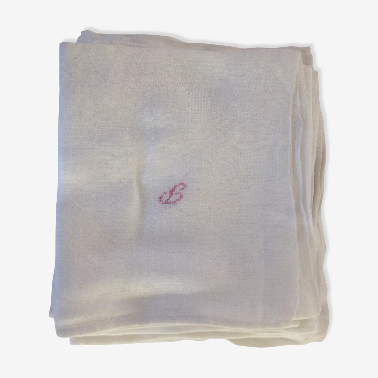 4 serviettes blanches avec lettre en rouge