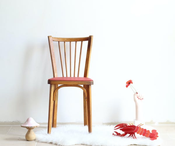 Chaise bistrot années 50 en bois et simili cuir rouge