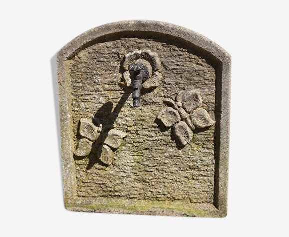 Fontaine aux papillons en pierre
