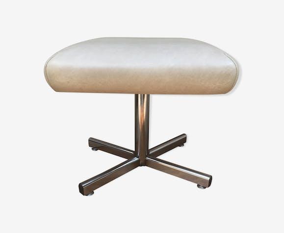 Repose pied en métal chromé & assise skaï  beige, années 70