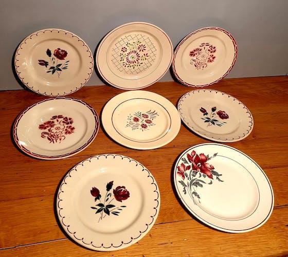 Assortiment de 8 assiettes à  dessert tons rouge