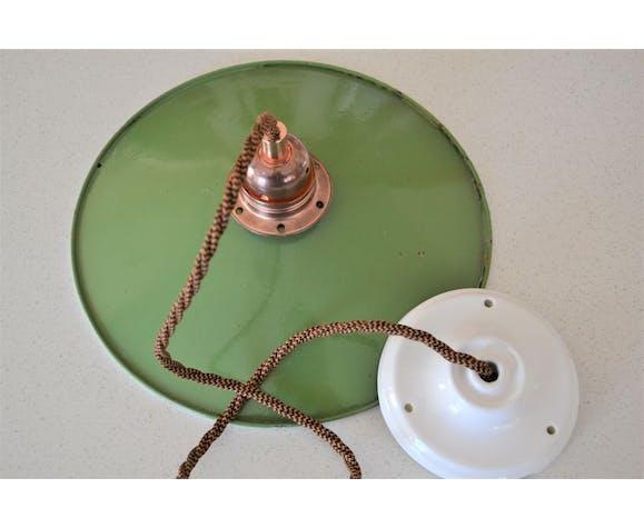 Suspension en émail vert, rosace en porcelaine et douille E27 en cuivre