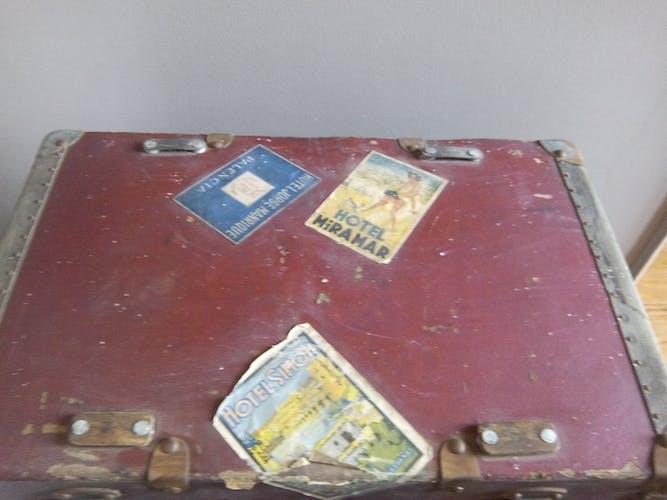 Valise rouge en bois début du 20 ème