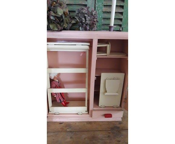 Armoire avec poupée et lit intégré