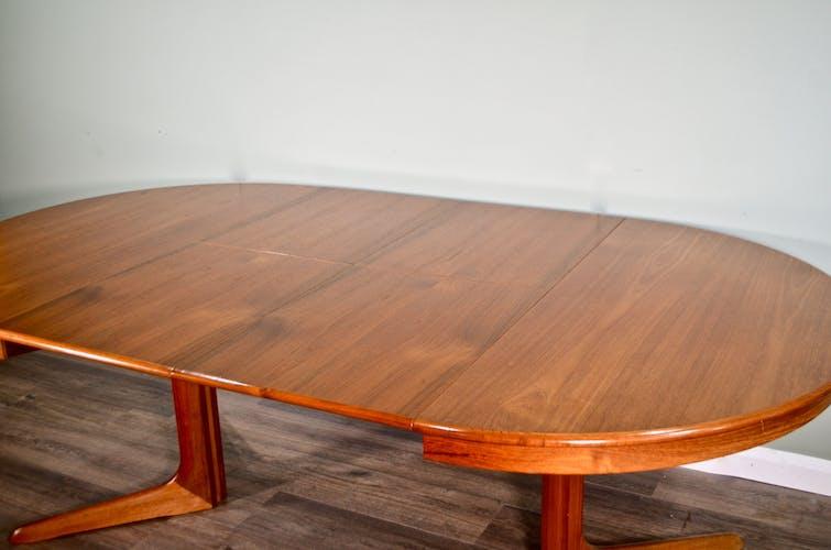 Table danoise d'extension du thé rond du milieu du siècle par Skovby et 4 chaises
