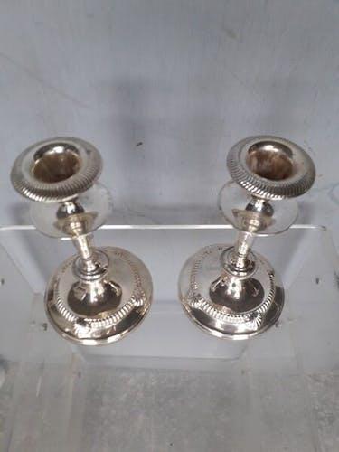 Paire de bougeoirs en metal argenté à la coquille
