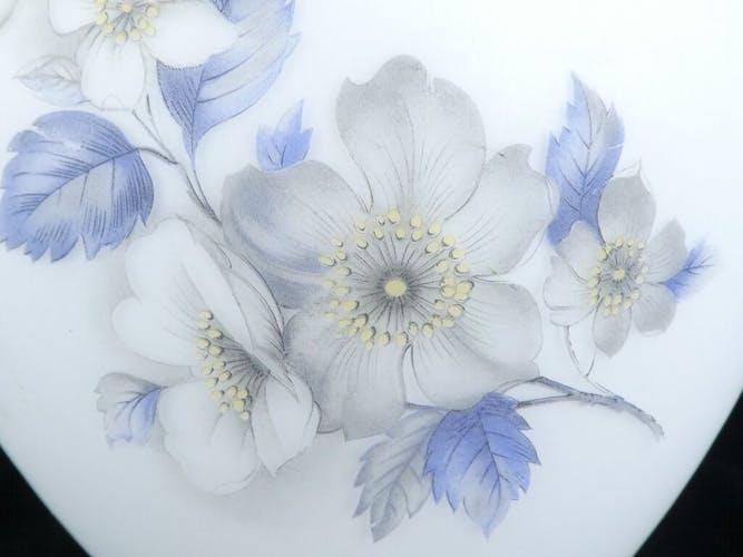 Vase en verre opaque decor floral vintage annees 50