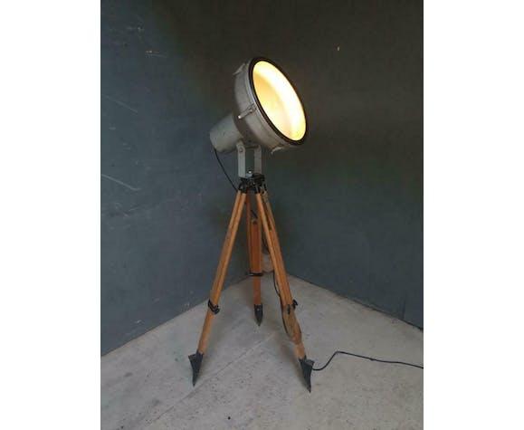 Lampe industrielle sur un trépied