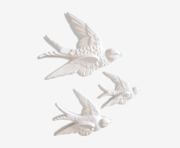 Ensemble de trois hirondelles en faïence blanche