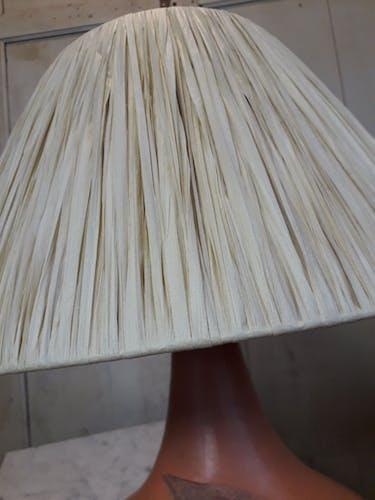Lampe en terre cuite et raphia