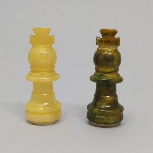 Jeu d'échecs italien en marbre vert et beige fait à la main dans les années 1960