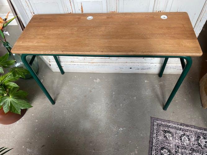 Bureau en bois vintage avec des pots d'encre de porcelaine