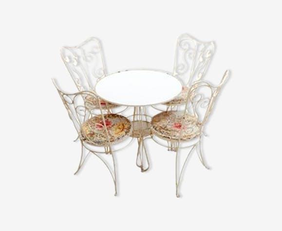 Ensemble de quatre chaises et une table en fer forgé jardin français années 1950