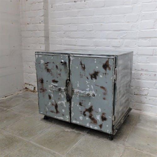Cabinet soviétique industriel vintage