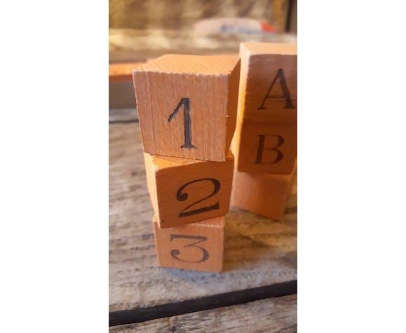 Jeu de cubes de chiffres et lettres en bois