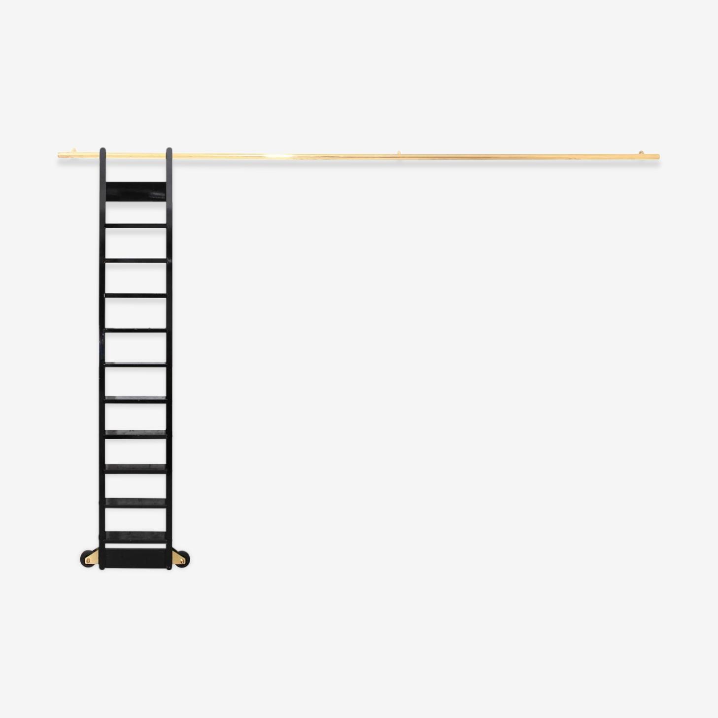 Échelle de bibliothèque laquée noire sur rail en laiton