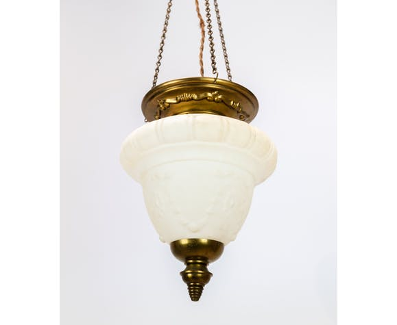 Suspension antique en verre opaline blanc avec bord en laiton et suspension d'environ 1860.