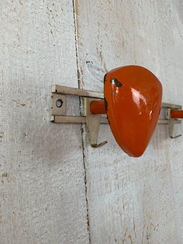 Patère vintage en métal orange
