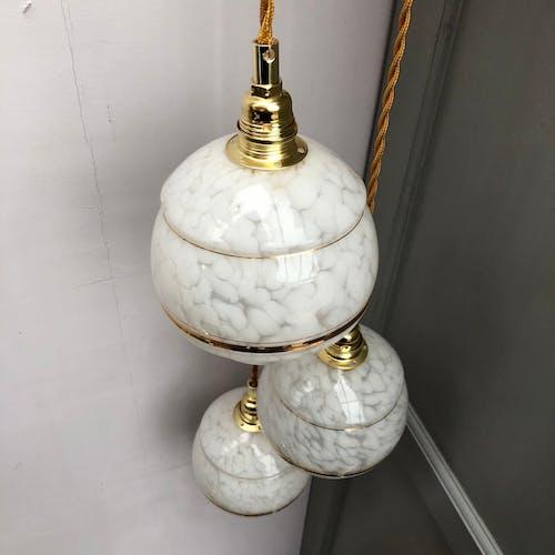 Suspension cascade trois feux tulipes vintage en verre de Clichy blanc et doré