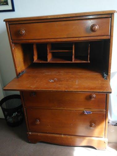 Secrétaire 4 tiroirs dont un qui se rabat pour former un bureau de travail. Origine : Etats-Unis, ép