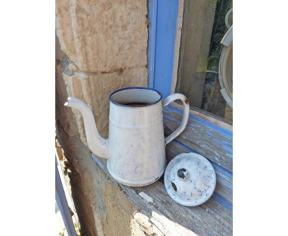Enamelled sheet metal coffee maker with white and blue marbled effect