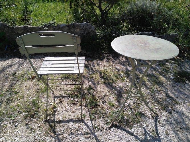 Guéridon et chaise de bistro vintage