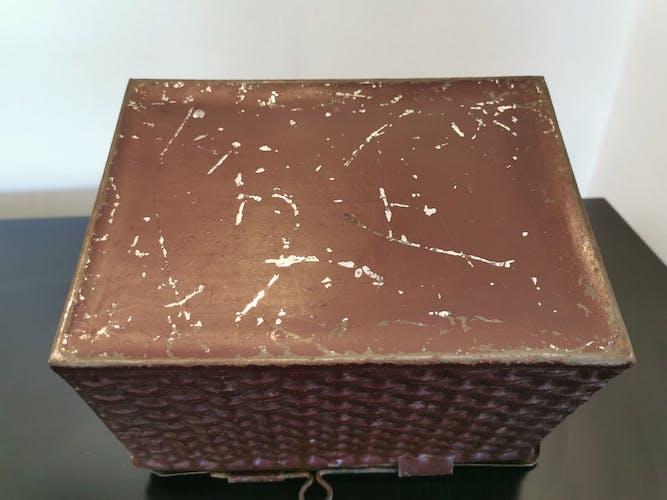 Boîte en fer ancienne