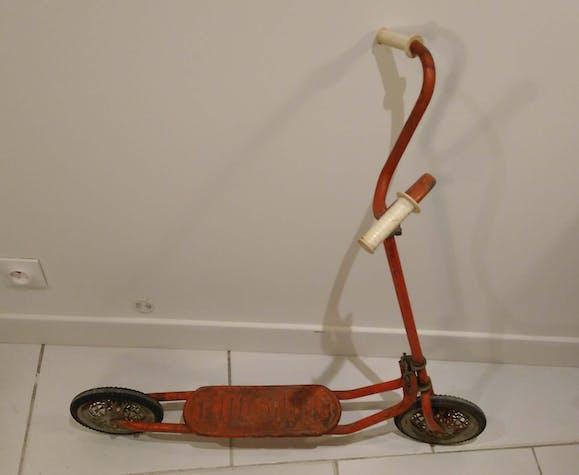 Trottinette vintage en métal rouge