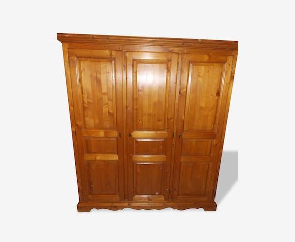 armoire 3 portes en pin massif teint miel patin bois mat riau marron classique 158111. Black Bedroom Furniture Sets. Home Design Ideas