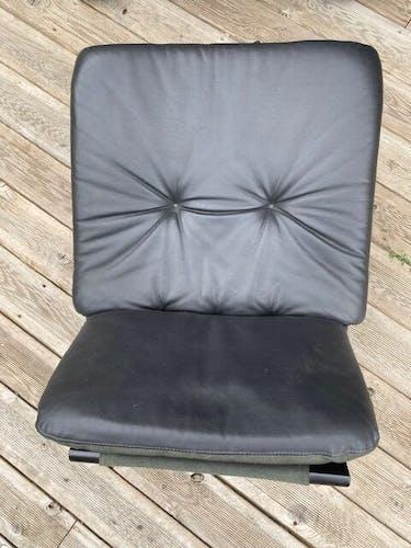 Fauteuil et repose pied cuir noir Kroken Nelo Design