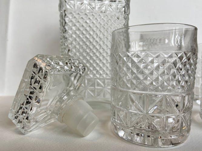Ensemble de 4 verres et carafe en verre ciselé