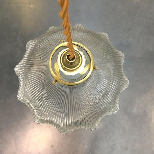 Suspension en verre transparent rainuré
