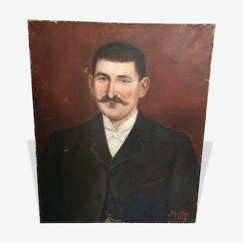 Portrait d'homme à moustache sur fond bordeaux