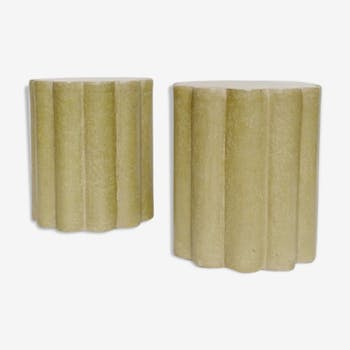 Paire de tabourets ou bouts de canapé en papier maché forme polylobée vert olive XXIème siècle