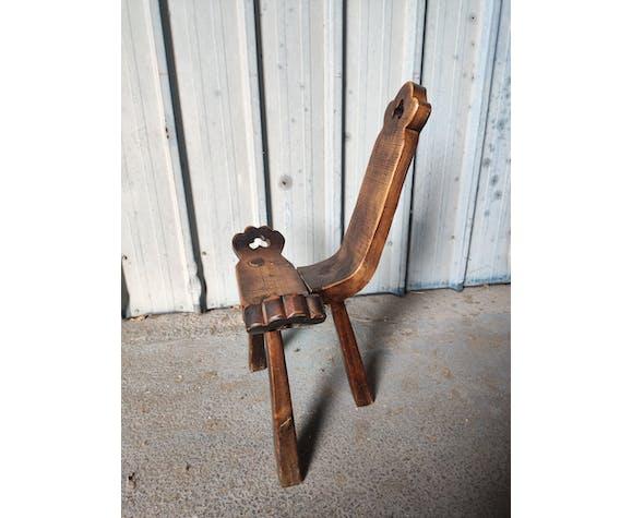 Chaise tripode brutaliste en bois massif