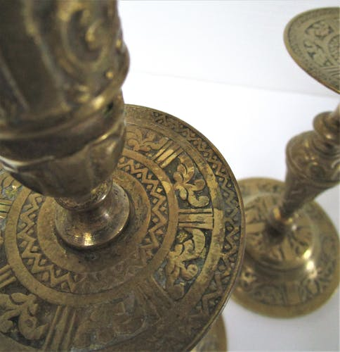 Paire de bougeoirs laiton vintage décor végétal ouvragé H.25 cm
