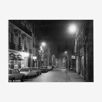 Tirage photographique encadré Paris en 1965 rue blanche by night