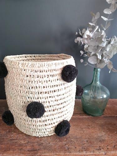 Corbeille à pompoms noirs