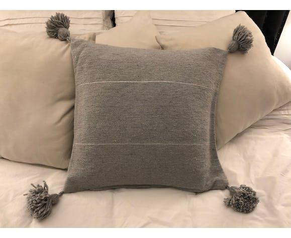 Housse de coussin gris à pompons