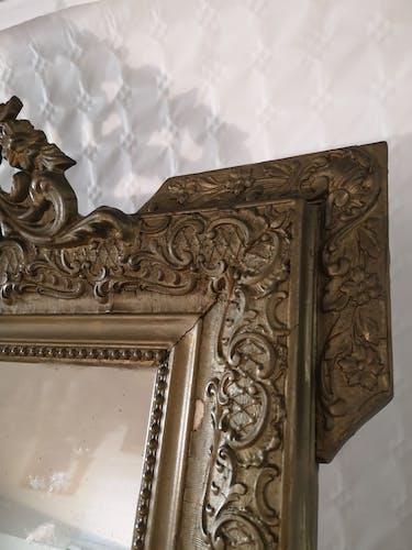 Miroir en bois et stuc doré fronton