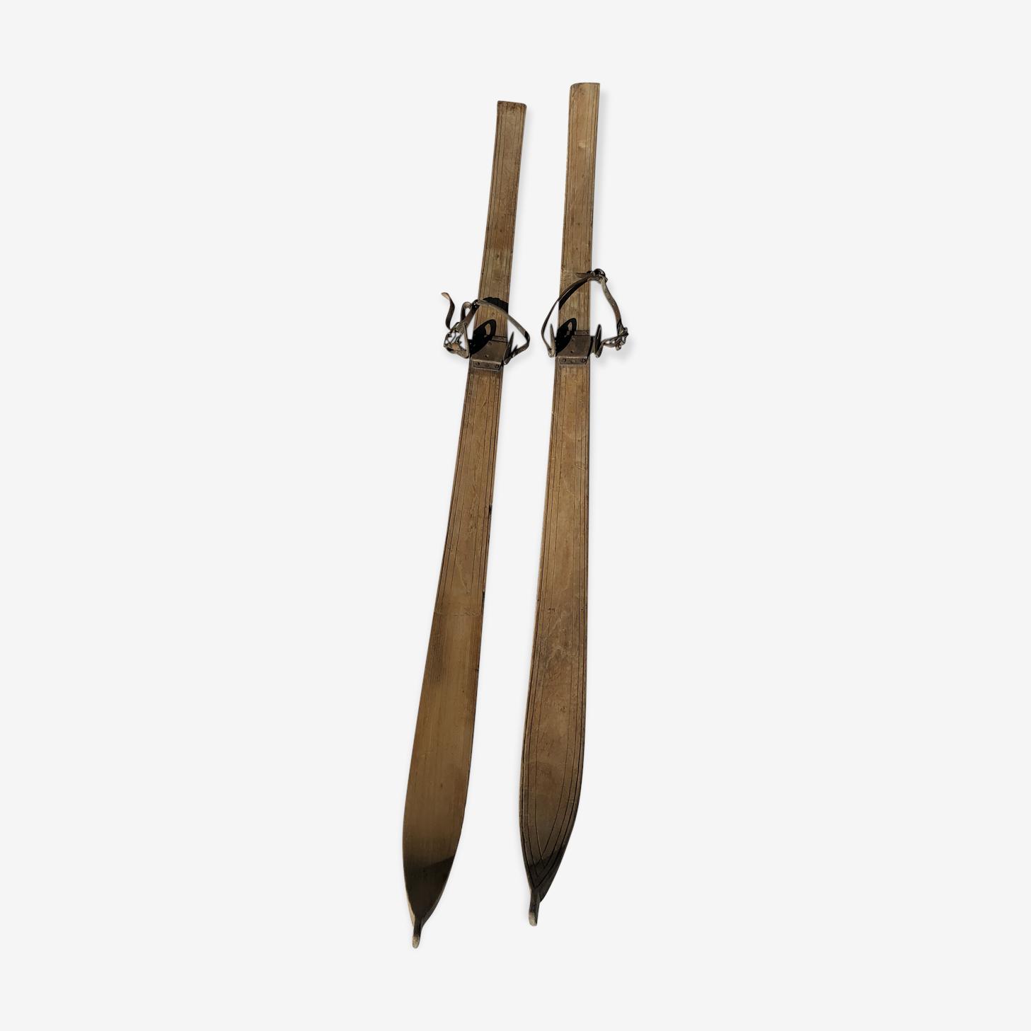 Paire de skis en bois vintage