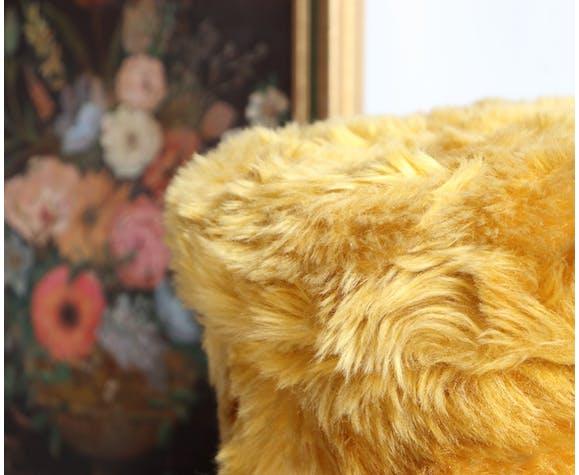 Pouf coffre moumoute années 70 en fausse fourrure jaune moutarde