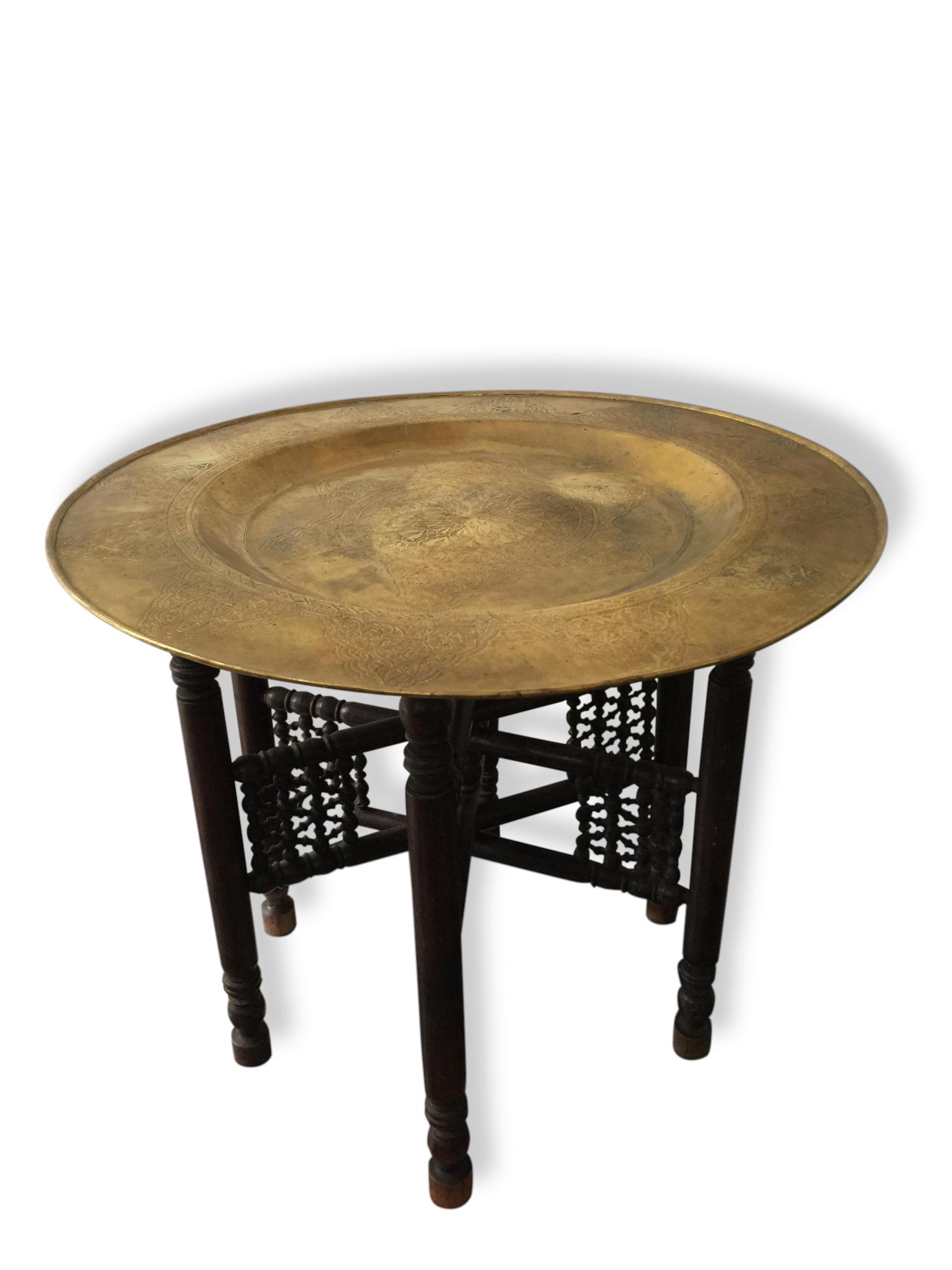 table basse plateau marocain laiton sur trépied bois moucharabieh