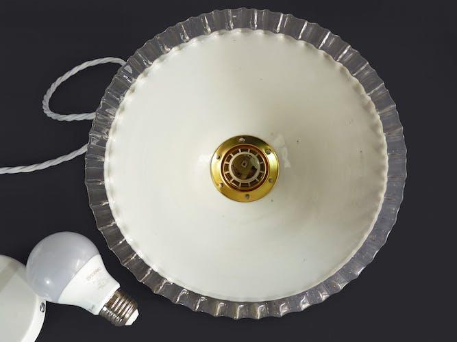 Suspension plate en opaline blanche avec collerette dentelée transparente