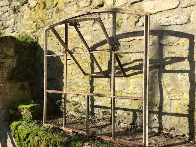 Ancienne fenêtre d'usine en fonte