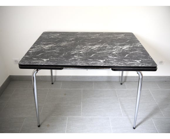 Table en formica marbré noir et blanc