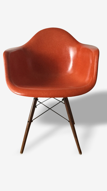 Fauteuil DAW (Dining Armshell Wooden base) orange, 1959, design Charles Eames, édition Herman Miller.