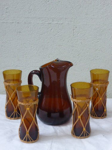 Service has orangeade consisting of a brown glass decanter and 4 ochre glasses dressed in Wicker, form design, vintage 1960/70