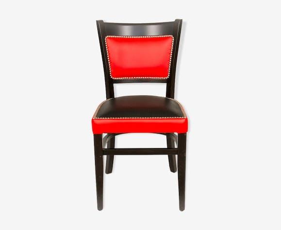Chaise brasserie cuir bi-ton rouge et noir, cloutée